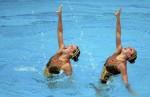 Аполайн Дрейфус и Хлоя Уиллхелм (Appoline Dreyfuss and Chloe Willhelm) из Франции. Выступление пар на чемпионате Европы по синхронному плаванию в Будапеште, 5 августа 2010 года.