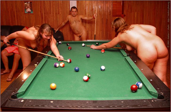 голые девушки свингеры с сигаретой у бильярдного стола фото постарше вставил