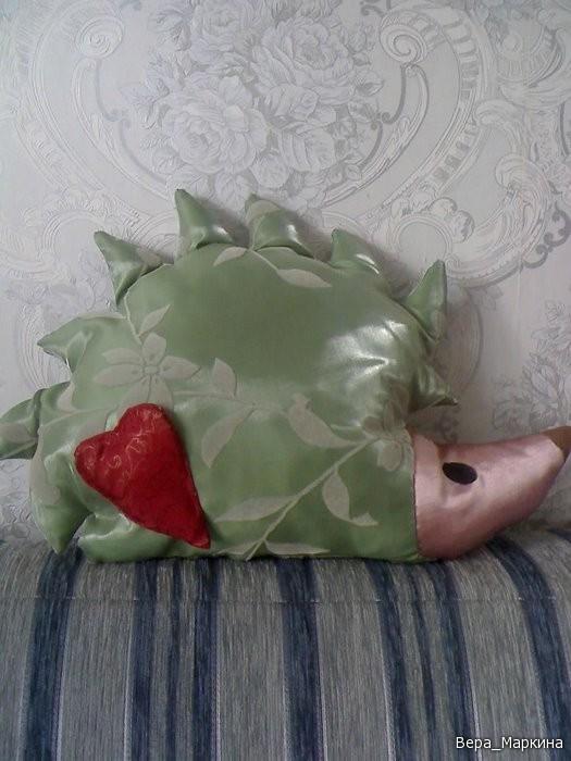 Ежик-подушка с сердечком.Шьем легко и быстро.