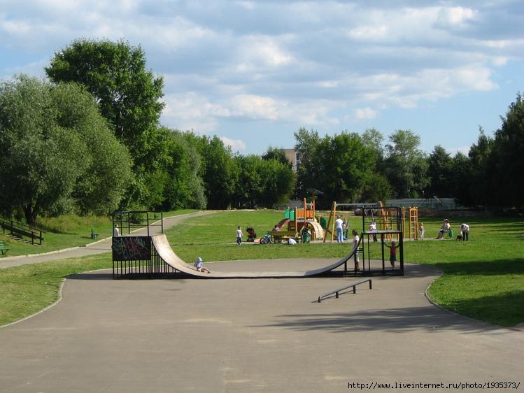 В нижнем парке в Медведково есть открытый скейтпарк, у Яузы.