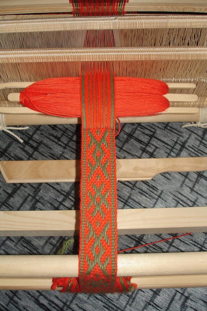 ...ткацкий станок с приставками для тканья на дощечках и бисероплетения.