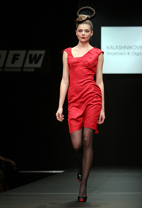 Оригинальное дизайнерское выпускное платьице приталенного силуэта.