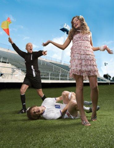 Девушка Befree играет футболистами.