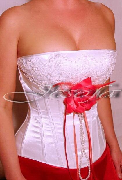 На груди нежное итальянское кружево, расшитое пайетками и бисером.