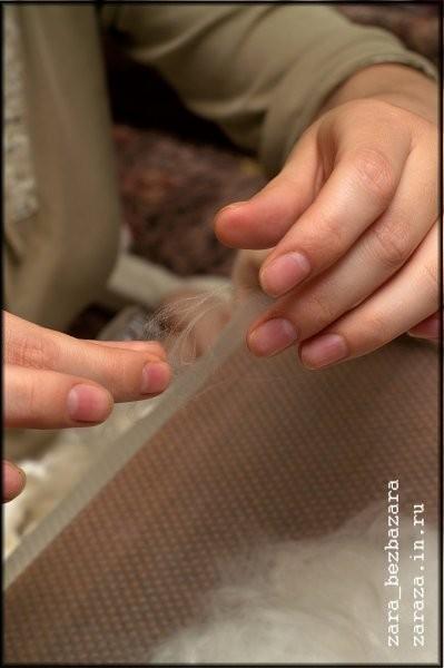 6. Спутываем в руках совсем прозрачные прядки розовой шерсти...