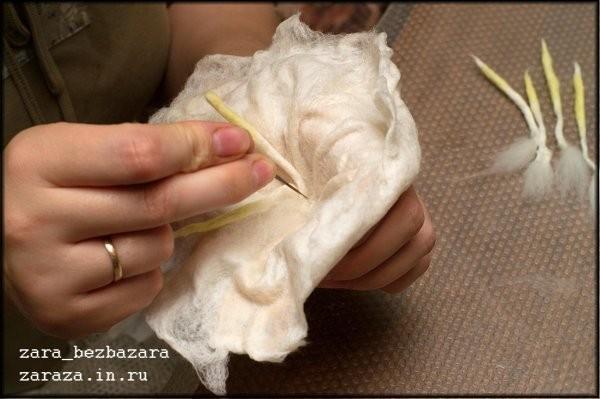 12. С помощью иглы для сухого валяния приваливаем тычинки в центр цветка.   Внимание! При валянии иглой подкладывйте под работу поролоновую губку (для мытья посуды, например), чтобы не нанести себе увечий. Вовсе не обязательно это делать на весу, как я.