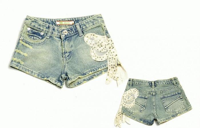 Так разнообразно можно задекорировать порванные джинсы, шорты, юбочки.