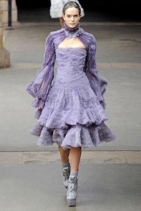 Модный дом Alexander McQueen представил свою новую коллекцию сезона...