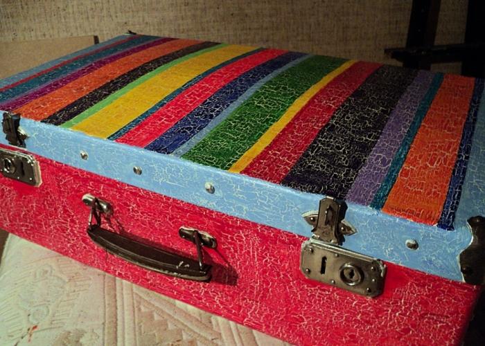 Старые чемоданы Деб декорировала в технике декупаж.