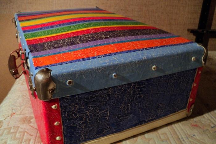 Из этого самого старого чемодана получится отличный прикроватный столик.