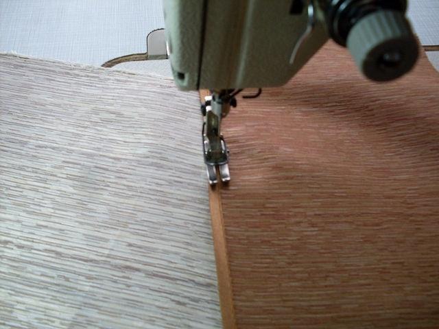 Если это необходимо закрепляем косую бейку чтобы она не топорщилась строчкой, строчить шов в шов очень аккуратно.