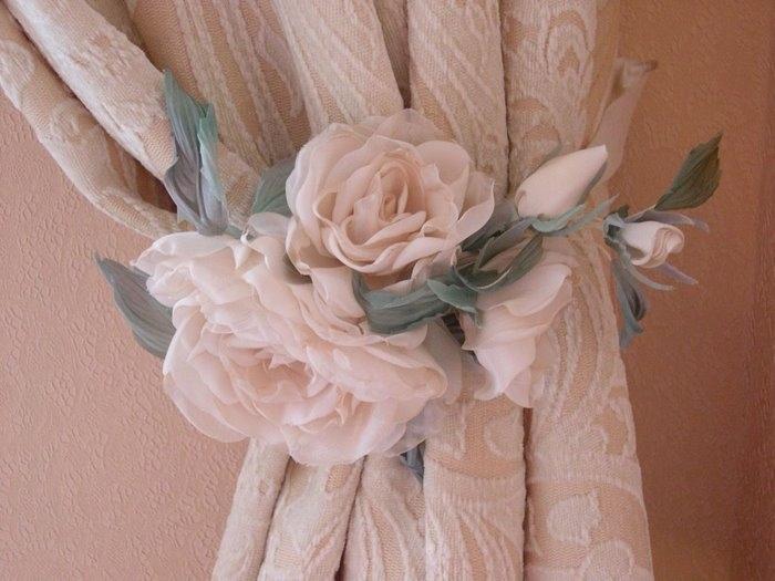 Цветы из ткани в качестве аксессуаров для штор, чаще всего можно...