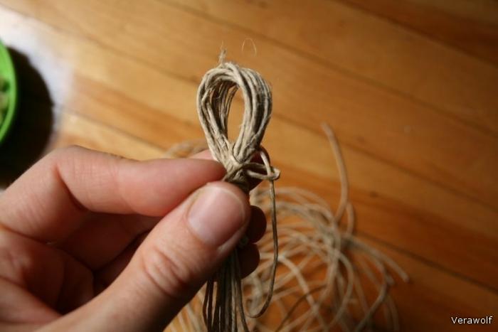 Возьмите седьмую нить и начинайте обвязывать её вокруг петли.