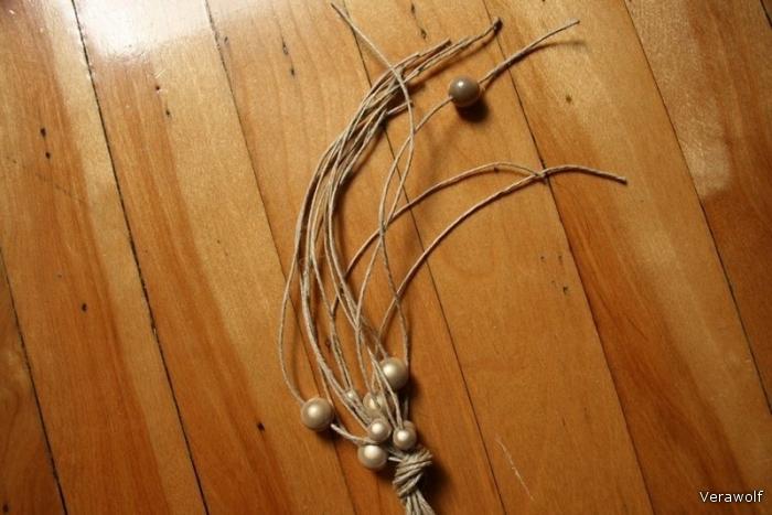 Чтобы закончить ожерелье, вставьте средний жемчуг в одну из нитей.