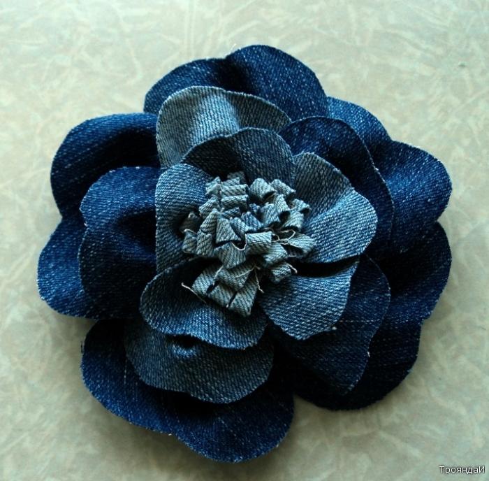 Таким образом сшиваем и пришиваем все слои цветка.