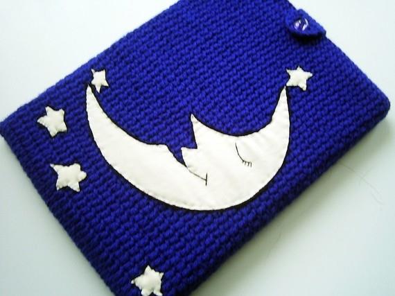 Вязаный чехол для нетбука с аппликацией луны и звезд на темно-синем фоне...