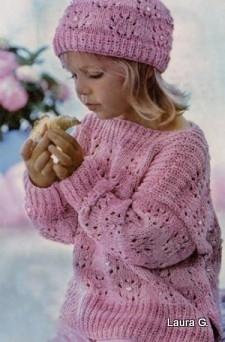 вязанные шапки с помпонам. вязаная шапочка для девочки спицами.