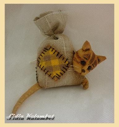 Этот котик сделан из шёлка.