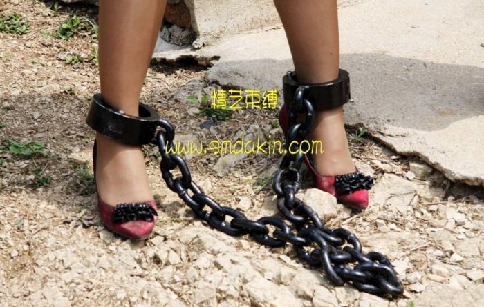рабыни в тяжелых оковах на ногах