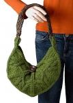 Зеленая вязаная сумка в форме полумесяца станет отличным дополнением к вашему гардеробу.