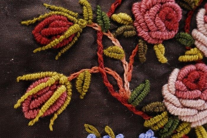 ...на интересные идеи по оформлению женских сумок вышивкой и бисером.
